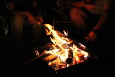 キャンプ場の焚火風景